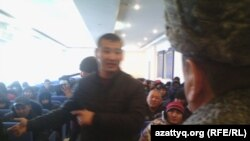 Протестующие строители на встрече с руководством ДВД. Астана, 15 декабря 2014 года
