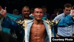 Профессиональный боксёр Канат Ислам после победы в матче с Патриком Аллотеем. Алматы, 29 октября 2016 года.