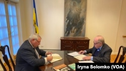 Генеральний консул України в Нью-Йорку Олексій Голубов і президент УВАН Альберт Кіпа підписують документи про передачу картину Україні