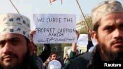 """Пакистандын бир катар шаарларында мусулмандар франциялык """"Шарли Эбдо"""" журналы өз бетине Мухаммед пайгамбардын карикатурасын жайгаштырганына нааразы болуп, акцияга чыгышты. Мындай акциялар башка мусулман өлкөлөрүндө да болду."""