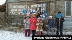 Қиратылатын үйде тұратын балалар президент Назарбаевқа өтініш айтып тұр. Астана, 11 қараша 2013 жыл.