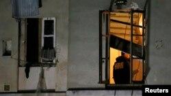 Окна квартиры, в которой укрывались предполагаемые экстремисты.