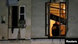 Француз полициячиси Сен-Денидаги хонадонлардан бирида, 2015 йилнинг 18 ноябри.
