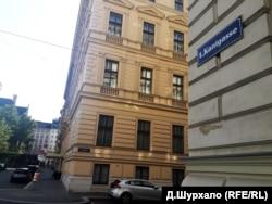 Вулиця Канта у Відні. За спогадами учасників, установчий з'їзд ОУН у 1929 році відбувся в готелі на цій вулиці. У тому ж готелі делегати здебільшого й мешкали