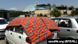 Некоторые узбекские водители спасают свои автомобили, накинув на них курпачу – национальный матрац.