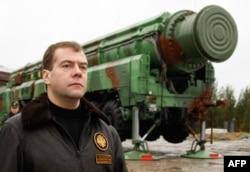 Дмитро Медвєдев поруч з ракетним комплеком «Тополь РС-12М»