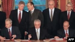 Потпишување на Дејтонскиот мировен договор на 14 декември 1995 во Париз
