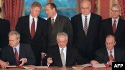 Slijeva nadesno: Slobodan Milošević, Franjo Tuđman i Alija Izetbegović potpisuju Dejtonski mirovni sporazum, Pariz, 1995.