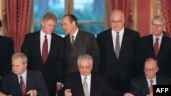 Сербия президенти Слободан Милошевич (солдо), Хорватия президенти Франьо Туджман (ортодо) жана Босния президенти Алия Изатбегович (оңдо) тынчтык келишимине кол коюшууда. 1995-жыл