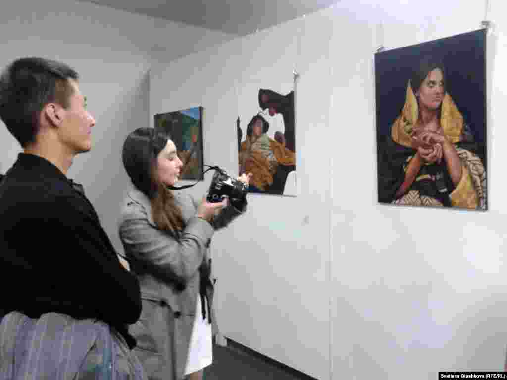 На выставке можноувидетьтакже дипломные работы выпускников колледжа Казахского национального университета искусств.