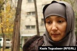 Сотталған Саян Хайыровтың әйелі Шынар Бисенбаева. Алматы, 1 қараша 2013 жыл.