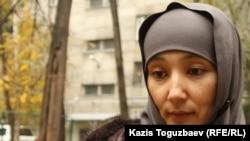 Шынара Бисенбаева, жена обвиняемого в причастности к терроризму Саяна Хайрова. Алматы, 1 ноября 2013 года.