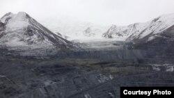 Ледник Давыдов на месторождении Кумтор.