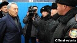 Қазақстан президенті Нұрсұлтан Назарбаев (сол жақта) Жаңаөзендегі полиция өкілдерімен сөйлесіп тұр. 22 желтоқсан 2011 ж. Ақорда сайтындағы сурет.