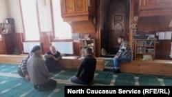 В мечети деревни Кироваул. Дагестан, 2 декабря 2012 года.