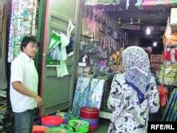 Торговля на так называемом китайском базаре в Душанбе.