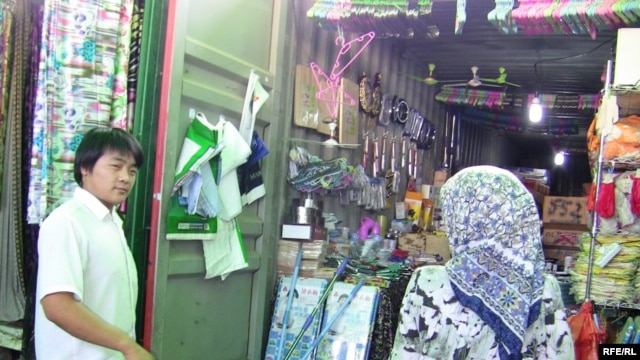 A Chinese market in Dushanbe -- some Tajiks claim that Chinese businessmen enjoy the support of their government, which is why their goods are cheaper.