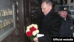 """Уладзімер Някляеў пад украінскім пасольствам. Фота <a href=""""http://zapraudu.info/ukrainskoe-posolstvo-otkazalos-prinimat-cvety-dlya-femen-foto-video/"""">zapraudu.info</a>."""