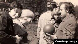 Александр Генис (слева) и Петр Вайль (справа). Рижское взморье. Предположительно, 1974 год