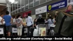 Пассажиры в аэропорту Ташкента, архивное фото.