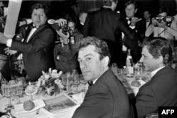 """Робърт де Ниро и Джо Пеши след прожекцията на """"Имало едно време в Америка"""" по време на филмовия фестивал в Кан, 20 май 1984 г."""