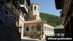 Филмот е сниман во манастирите Свети Јован Бигорски и Свети Ѓорѓи Победоносец во Рајчица крај Дебар и говори за секојдневието на монашката заедница.