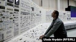 АЕС споруджують поблизу кордону Білорусі з Литвою. Вона розташована всього за 40 кілометрів від столиці Литви, Вільнюса
