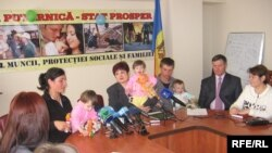 Valentina Buliga cu o familie de moldoveni