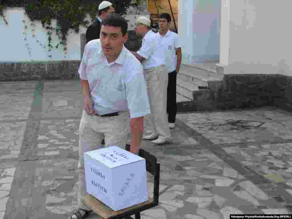 Після намазу зібрали кілька коробок пожертв для подарунків і пригощання бідних та немічних
