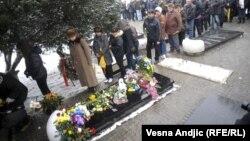 Членови на семејството положуваат цвеќе над гровот на Ѓинѓиќ
