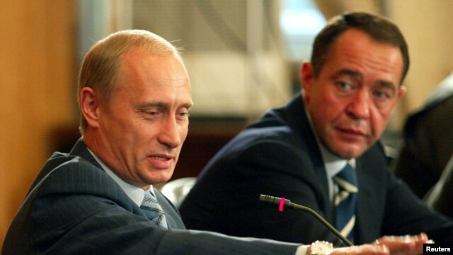 Mikhail Lesin (right) with Russian President Vladimir Putin in 2002