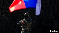 Озброєний чоловік біля будівлі уряду Криму в Сімферополі, 3 березня 2014 року
