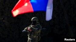 Озброєний чоловік біля уряду Криму в Сімферополі, 3 березня 2014 року