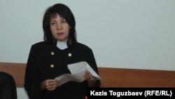 Судья Алмалинского районного суда Бейнегуль Кайсина оглашает приговор по делу Олеси Халабузарь. Алматы, 1 августа 2017 года.