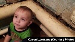 Сын Олеси Цветковой Артем у стены их разрушенного наводнением дома в селе Гадалей