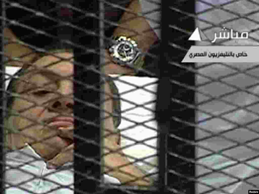 U sudnicu je bivši egipatski predsjednik Hosni Mubarak dovezen na bolničkom krevetu, optužen je za korupciju i za izdavanje zapovjedi da se puca po prosvjednicima na Tahrir trgu, gdje je ubijeno oko 850 demonstranata, 03.08.2011. Foto: Reuters / Egipatska TV