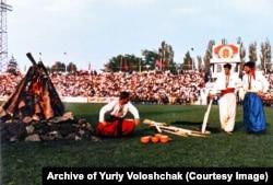 На стадіоні, де проходив фестиваль «Червона рута», запалили ватру. Чернівці, 1989 рік