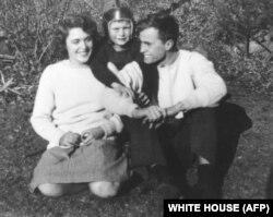 Джорж Буш з жонкай Барбарай і братам Бакія. 1940-я гады