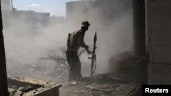 Liviyada Milli Şuranın əsgərlərindən biri fəal döyüş əməliyyatları zamanı, 12 oktyabr 2011