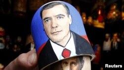 Матрешка с изображением Дмитрия Медведева и Владимира Путина