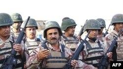 Наблюдатели разглядели прогресс в ситуации в Ираке. Счастливые обладатели новеньких М-16 на организованном для иракских войск пункте выдачи оружия