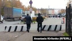 Мигранты покидают закрытую овощебазу в Бирюлеве