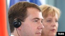 Некоторые немецкие политики призвали Меркель после начала конфликта в Южной Осетии отменить переговоры с Медведевым. Меркель возразила: именно сегодня такие переговоры нужны в первую очередь