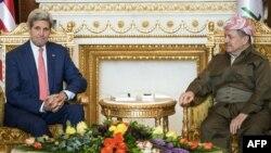 АҚШ мемлекеттік хатшысы Джон Керри (сол жақта) Күрд автономиялық ауданының президенті Масуд Барзанимен кездесу кезінде. Ирбил, Ирак, 24 маусым 2014 жыл.