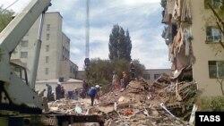 Разбор завалов на месте обрушения двух подъездов в здании общежития в Астрахани