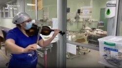 Një infermiere sjell shpresë me violinë te pacientët me COVID-19