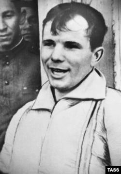 Юрий Гагарин в первые часы после приземления на саратовской земле