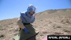 یک دختر خانم حین ماین روبی در ولایت بامیان