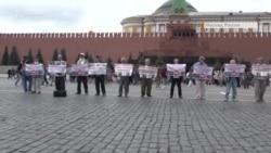 «Наши дети не террористы»: в Москве после пикета задержали активистов из Крыма (видео)