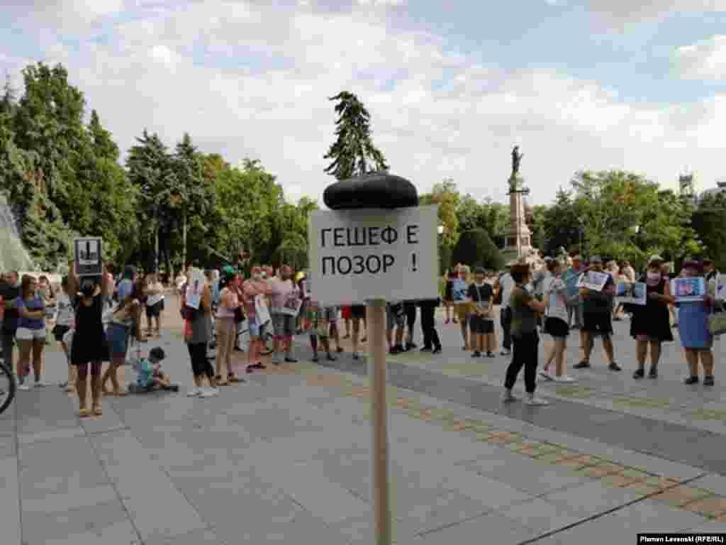 """Те се събраха на централния площад в Русе, където издигнаха надпис """"Гешев е позор"""" и каскет върху него."""